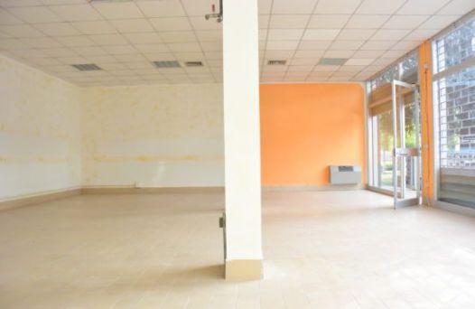 Ampio negozio al piano terra con vetrine e servizi. Rif:L993
