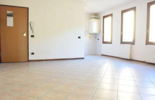 Appartamento con 2 camere e garage. Rif:L815