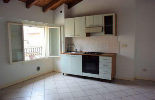 Appartamento con 1 camera arredato solo di cucina. Rif:L366
