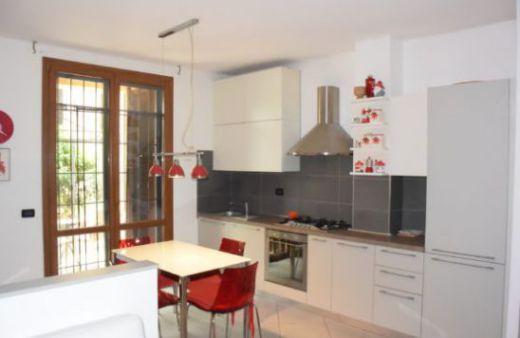 Appartamento arredato con 2 camere e giardino privato.Rif:L1031
