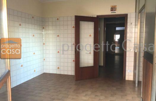 Appartamento con 3 camere non arredato. Rif:L942
